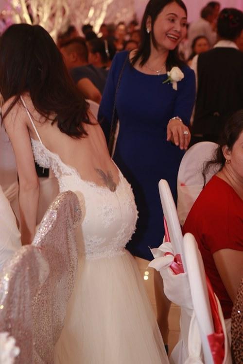 Chiếc váy khoe lưng trần của Thủy Tiên đã xuất hiện trong clip cưới trước đó