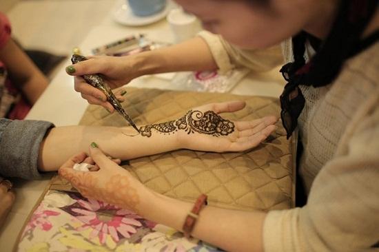 Mẹo xóa hình xăm henna bằng muối