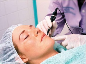 Vì sao phải rất cẩn trọng khi lựa chọn cách xóa xăm môi?